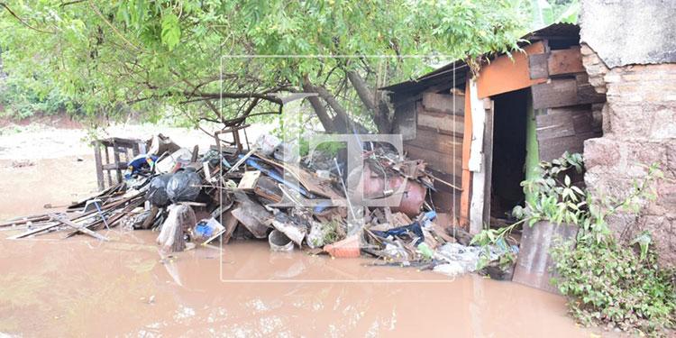 Las casas construidas en la ribera del río quedaron inhabitables, como se observó en la colonia Betania, donde se evacuó a 28 personas.
