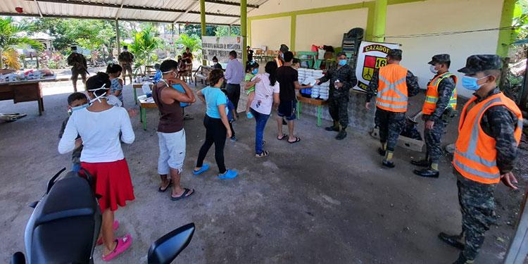 Militares llevan ayuda a afectados por la tormenta