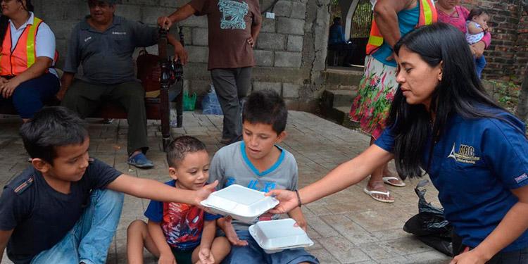 Las familias que no se fueron a los albergues, también recibieron sus ayudas humanitarias.