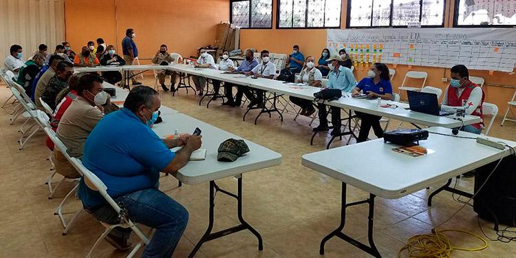 Autoridades del Codem reunidas con representantes de cuerpos de socorro, militares, policiales, bomberos, Plan Internacional, entre otros.