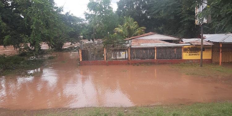 Rescatan pobladores entre inundaciones en Comayagua