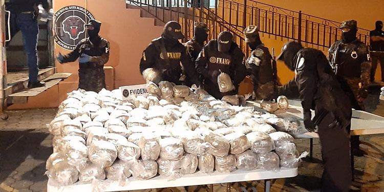 Las autoridades informaron que tras la contabilización de la droga se sumó un total de 1,887 libras de marihuana.