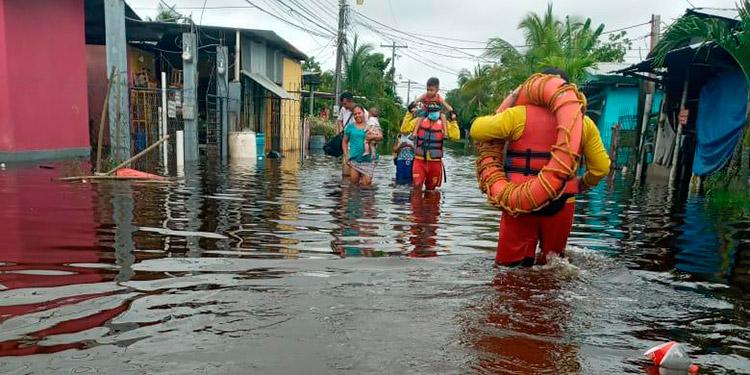 Después de evacuar a varias personas, los socorristas del Cuerpo de Bomberos, procedieron a buscar a dos pescadores que desaparecieron en el río Sinuapa.