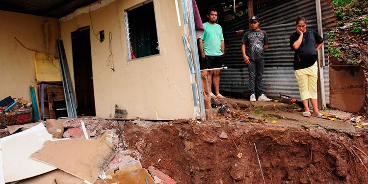 A un costado de la quebrada La Orejona, en el barrio Morazán de Tegucigalpa, tres familias perdieron sus viviendas producto de las fuertes lluvias.
