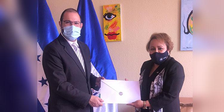 Las copias de estilo fueron recibidas por el director general de Ceremonial Diplomático y Protocolo, Luis Carlos Chavarría.