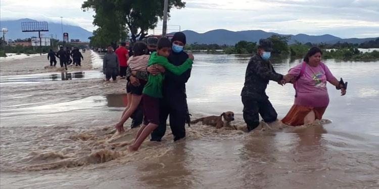 Poco a poco, se ha ido rescatando familias que quedaron atrapadas en los techos de sus casas, por las inundaciones que causó la tormenta Eta.