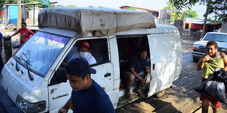 Muchas familias se llevaron lo poco rescatable de sus viviendas.