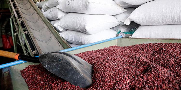 En reunión de gobierno, consumidores y la agroindustria, se han comprometido a mantener los precios de productos de primera necesidad.