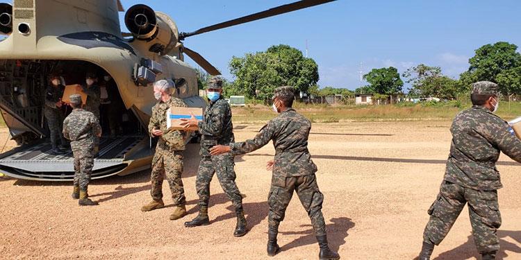 La ayuda fue recibida por la gobernadora de Gracias a Dios, Koritza Mejía.