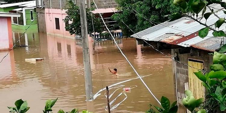 """Pobladores """"nadan"""" hasta sus casas por inundaciones"""