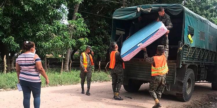 Militares trasladan a familias de Monjarás