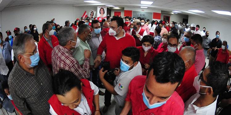 Un numeroso grupo acompañó a Luis Zelaya.