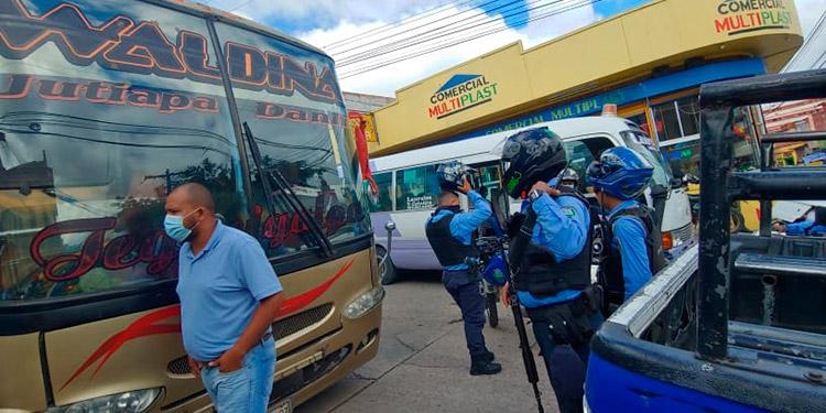 Ayer en la mañana motociclistas armados dispararon contra una unidad del transporte interurbano, en pleno centro de Comayagüela.