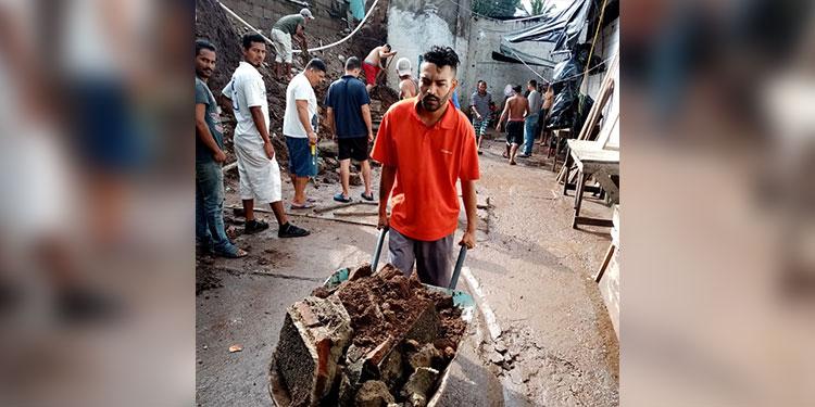 Los privados de libertad realizan labores de limpieza y retiro de escombros.