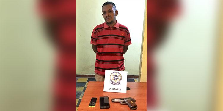 Al momento de ser detenido, el sospechoso portaba una pistola automática, supuestamente usada para perpetrar el crimen.
