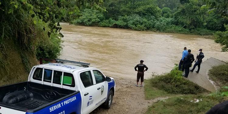 Durante las tareas de rescate los agentes policiales de distintas zonas también se han visto afectados por el mal tiempo.