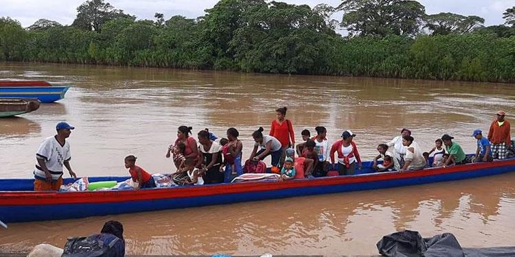 Los lancheros para salvar a la gente de tierra adentro, estaban solicitando donaciones de combustible.