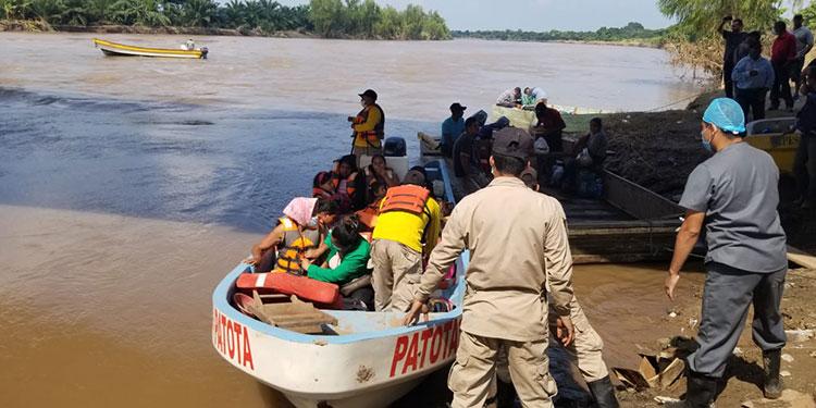 Los bomberos rescataron ayer a familias enteras en zonas exbananeras.
