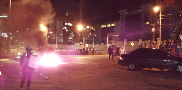 """Seguidores de """"Mel"""" Zelaya queman llantas en protesta por su detención"""