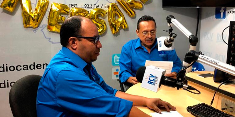 El director de la Radio Cadena Voces (RCV), periodista Carlos López, y el periodista conductor, Juan Carlos Fúnez, en plena transmisión de noticiario.