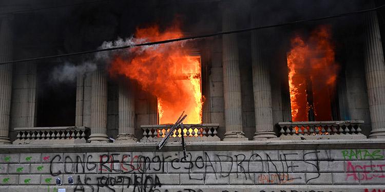 Congreso de Guatemala anula presupuesto para apagar crisis