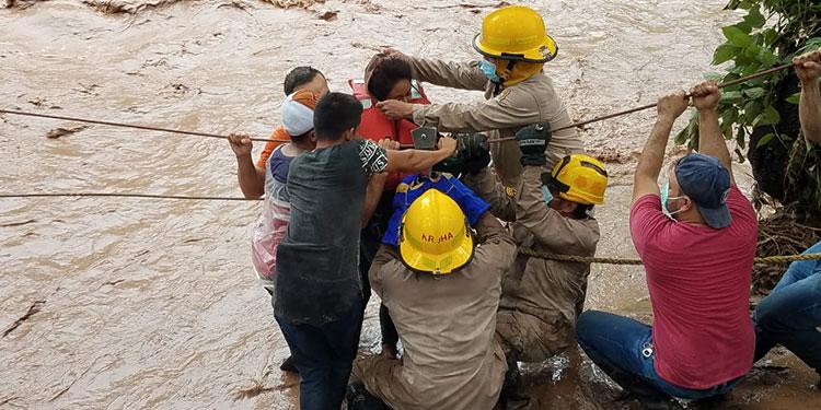 Los bomberos en el sector de Junquillo, Santa Bárbara, procedieron al rescate de varias familias, entre ellas, una de 14 personas.