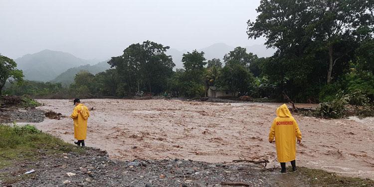 Enorme se ha vuelto el caudal del desbordado río Talgua, debido a la gran cantidad de agua lluvia recibida.