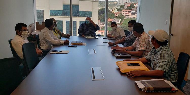 Alcaldía gestiona fondos para alcantarillado de tres barrios