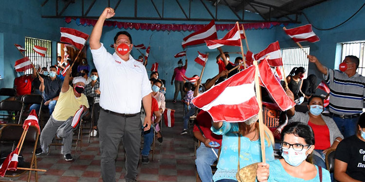 Silvio Larios recolecta firmas por Movimiento Yanista