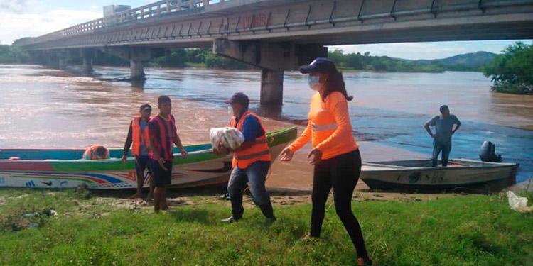 Ayuda humanitaria entregan a pobladores de sitios aislados