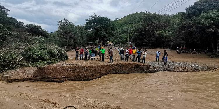 """Trojes y su gente volvieron a quedar incomunicados por la acción destructiva del río El Águila, que se desbordó al paso de las tormentas tropicales """"Eta"""" y ahora """"Iota""""."""