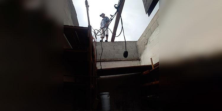 Vientos desprenden techo de mercado municipal en Tela