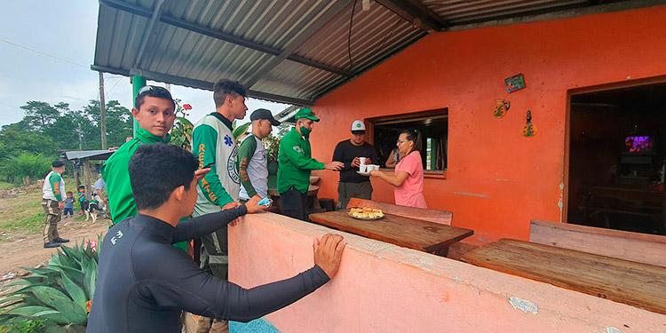 Miembros de la Cruz Verde salvadoreña reciben el apoyo de la población camino a SPS