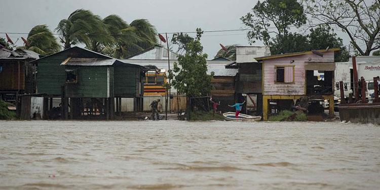Eta enfila hacia las Islas Caimán a punto de escalar a tormenta en el Caribe