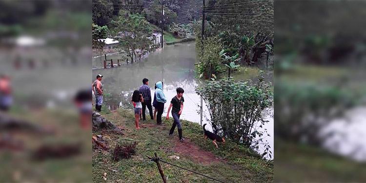 Reportan a 12 personas atrapadas por deslizamientos en Santa Bárbara