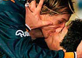 """Beso de """"Boca"""". La amistad de Caniggia y Maradona era muy intensa. Incluso llegaron a celebrar un gol con un beso cuando jugaron juntos en Boca Juniors."""