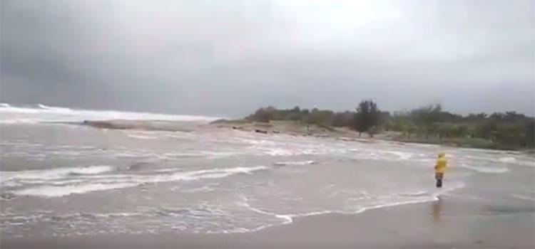 Cierran acceso a las playas públicas de Tela por alto oleaje