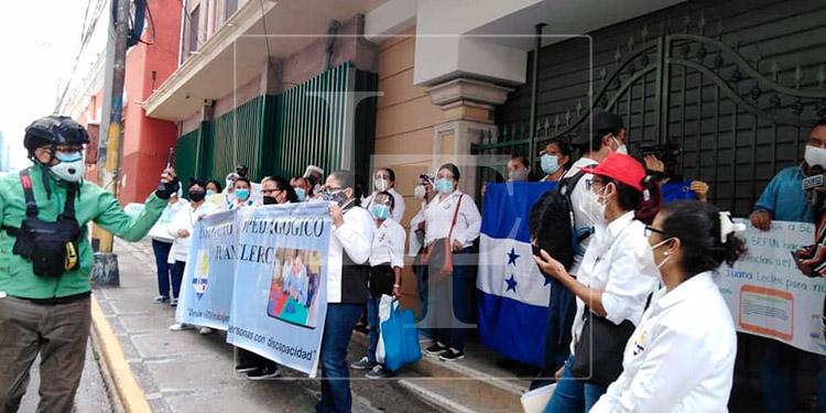 Empleados del Juana Leclerc exigen pagos de sueldos atrasados a SEFIN