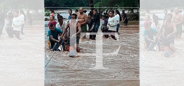 """Pobladores rescatan a sus familiares en crecida de río por intensas lluvias del huracán """"Eta"""""""