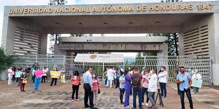 Alrededor de 600 médicos egresados a la espera de su título en la UNAH