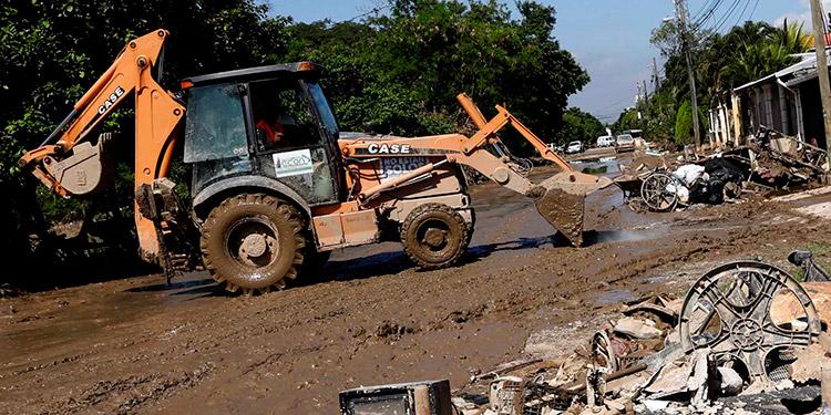 Las volquetas de la Operación No Están Solos, del gobierno, sacan a diario toneladas de basura y lodo.