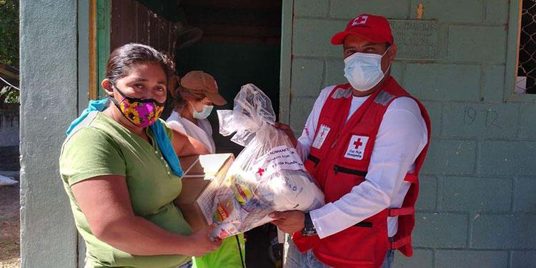 """""""Kits"""" de higiene y alimentos entregan a damnificados"""