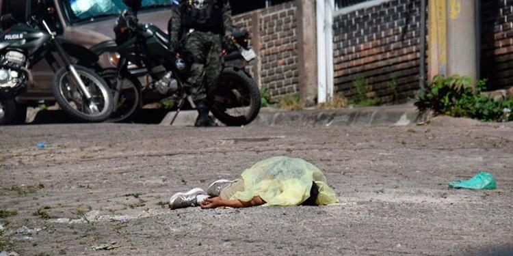 Muerto y herido dejan pistoleros en callejón