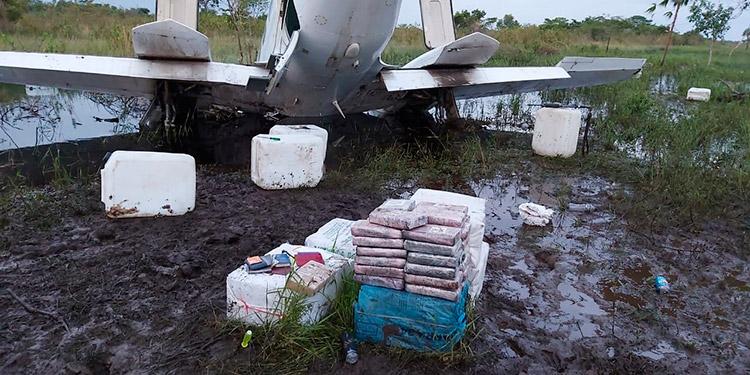 """Dentro de la """"narcoavioneta"""" accidentada se encontraron varios fardos con droga, la cual fue trasladada a la capital para ser contabilizada."""