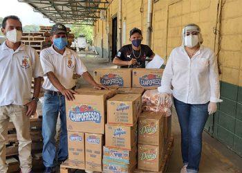 Sonia Mejía entrega la donación a grupos vulnerables en la costa norte.