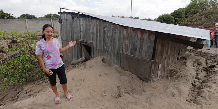 Isis Yohely Núñez Sorto, habitante de la aldea Chotepe, clama por una vivienda.