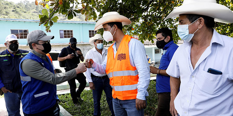 Presidente entrega bonos solidarios a 100 agricultores