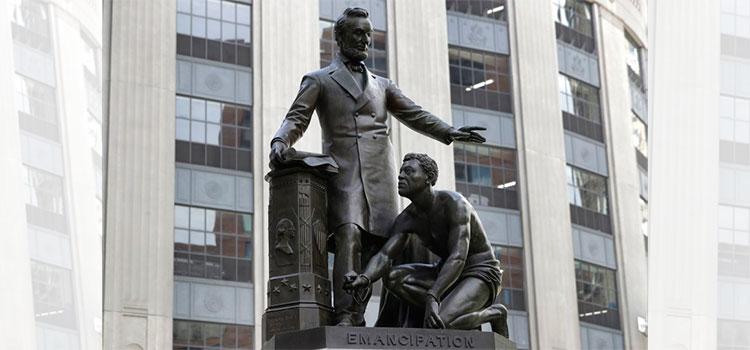 Retiran en Boston estatua de Lincoln con esclavo a sus pies