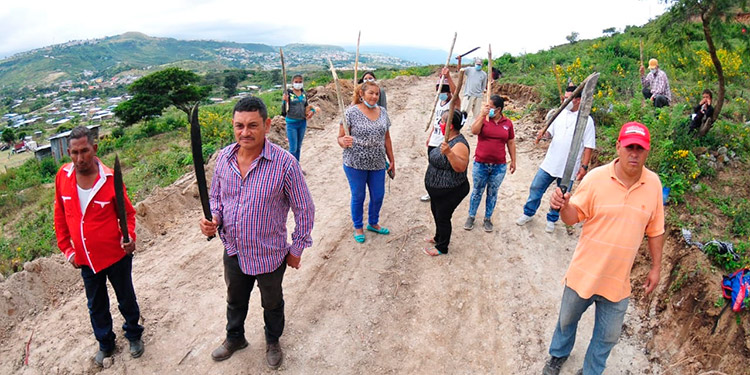 """Con machete en mano, pobladores defienden propiedad de predios en """"Lomas del Diamante"""""""