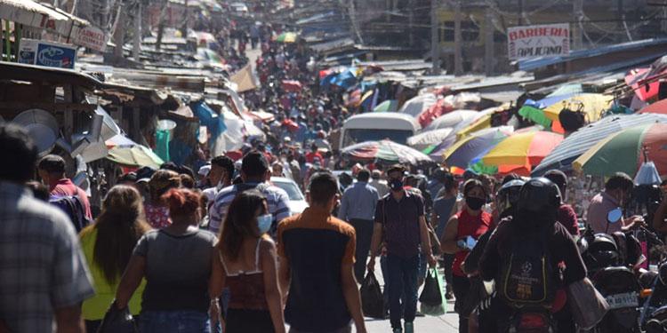 Hombres y mujeres inundaron los mercados buscando ofertas y viendo qué llevar a la casa.